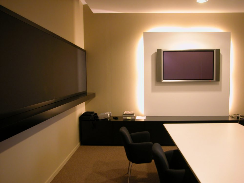 vergaderzaal in zachte tinten, beige, zwart en wit