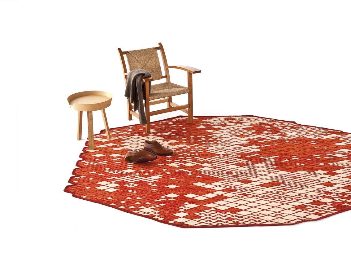 Rood tapijt met stoelen op