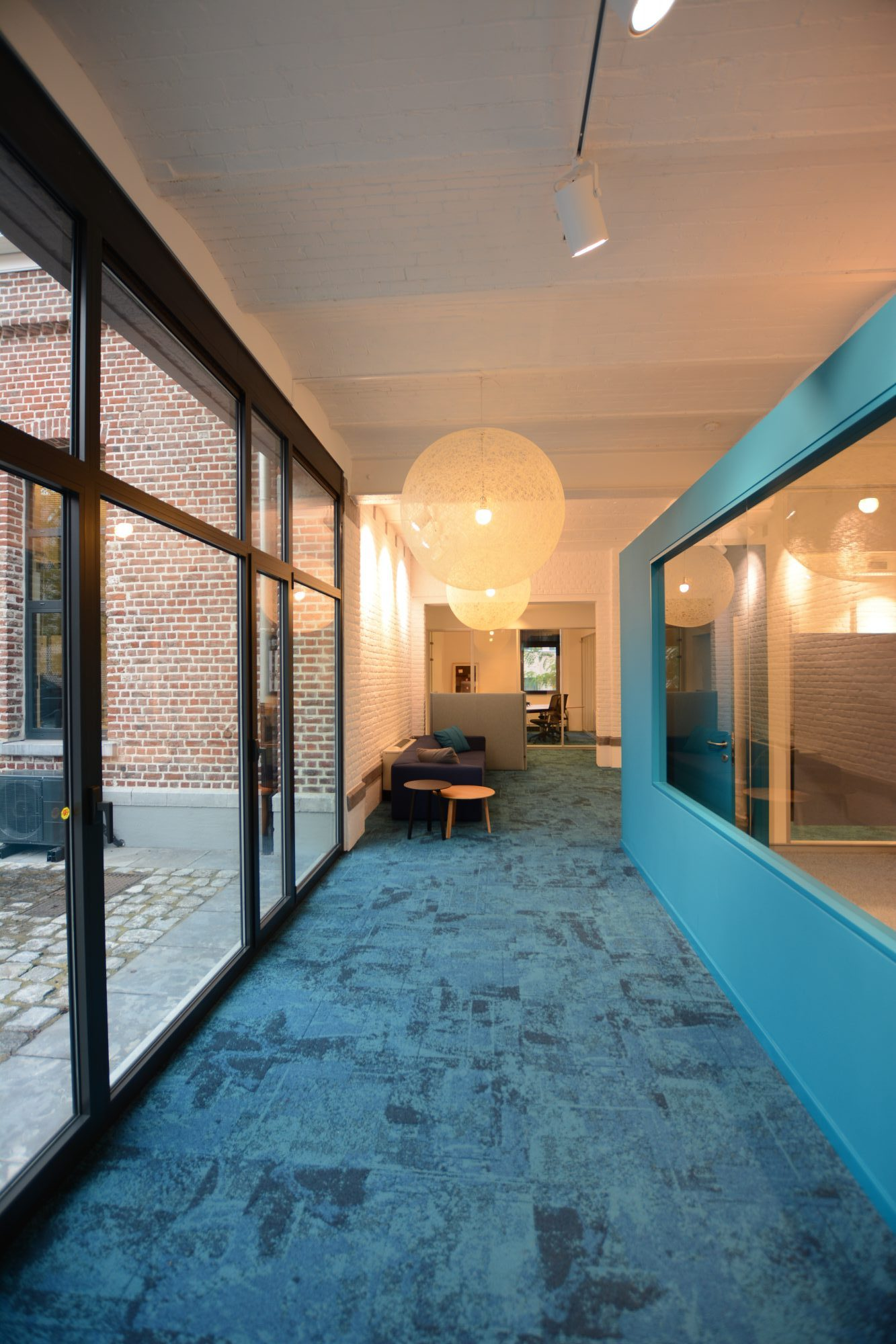 gang met blauw tapijt en muur
