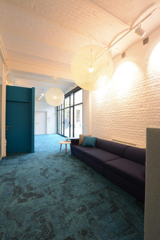 tapis bleus, mur bleu, mur blanc briques, lampes boules blanches