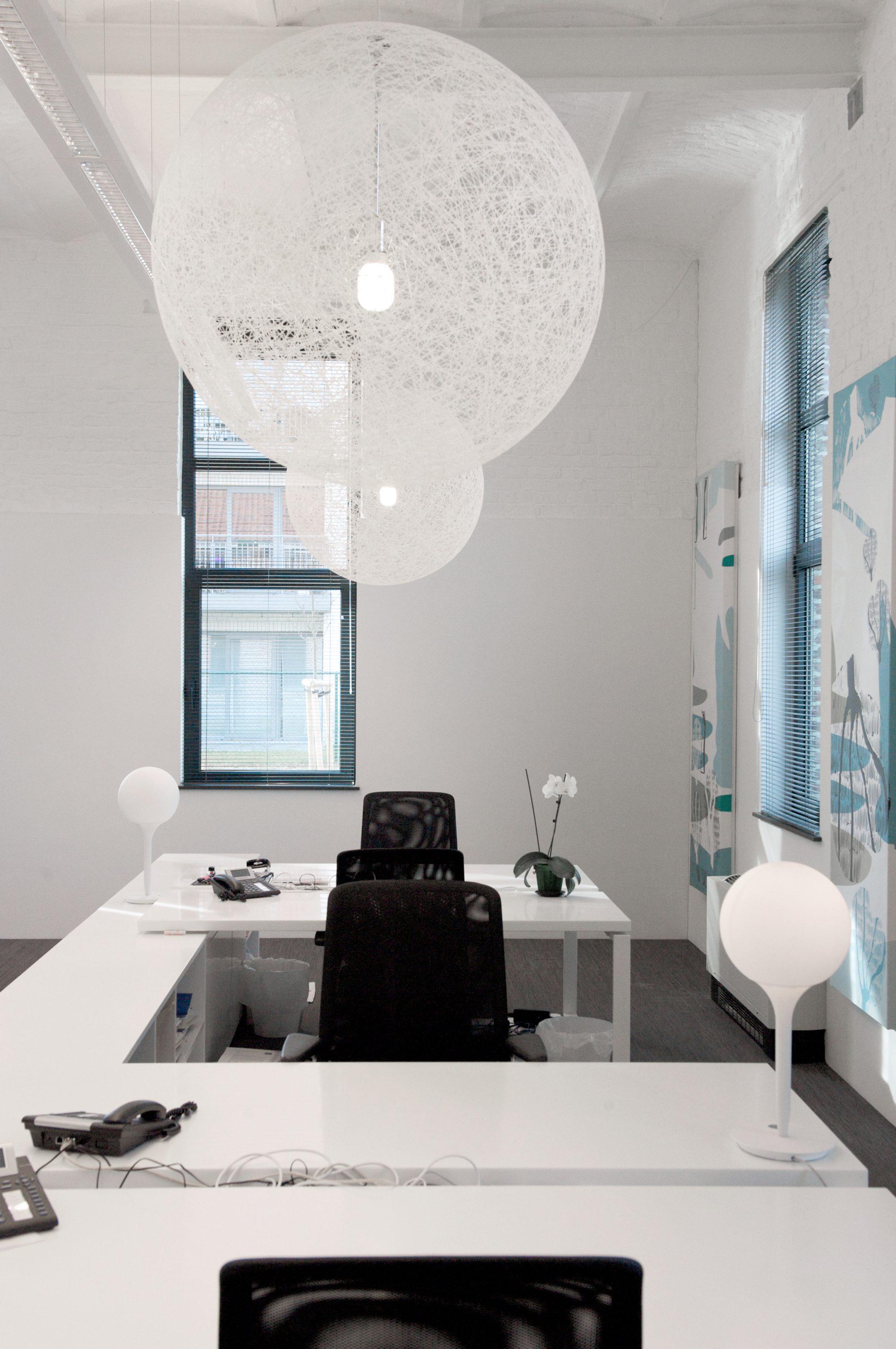 Witte burelen en witte lampen