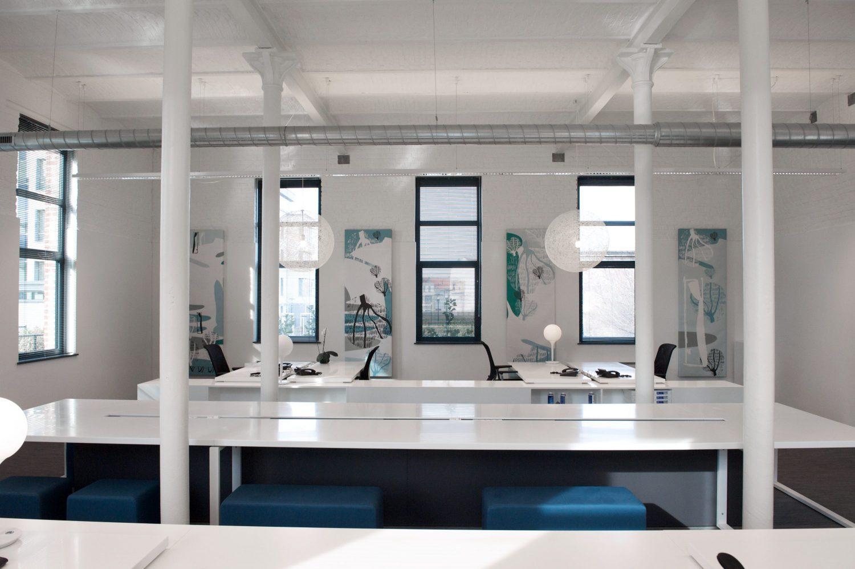 grand bureau blanc, poufs bleus