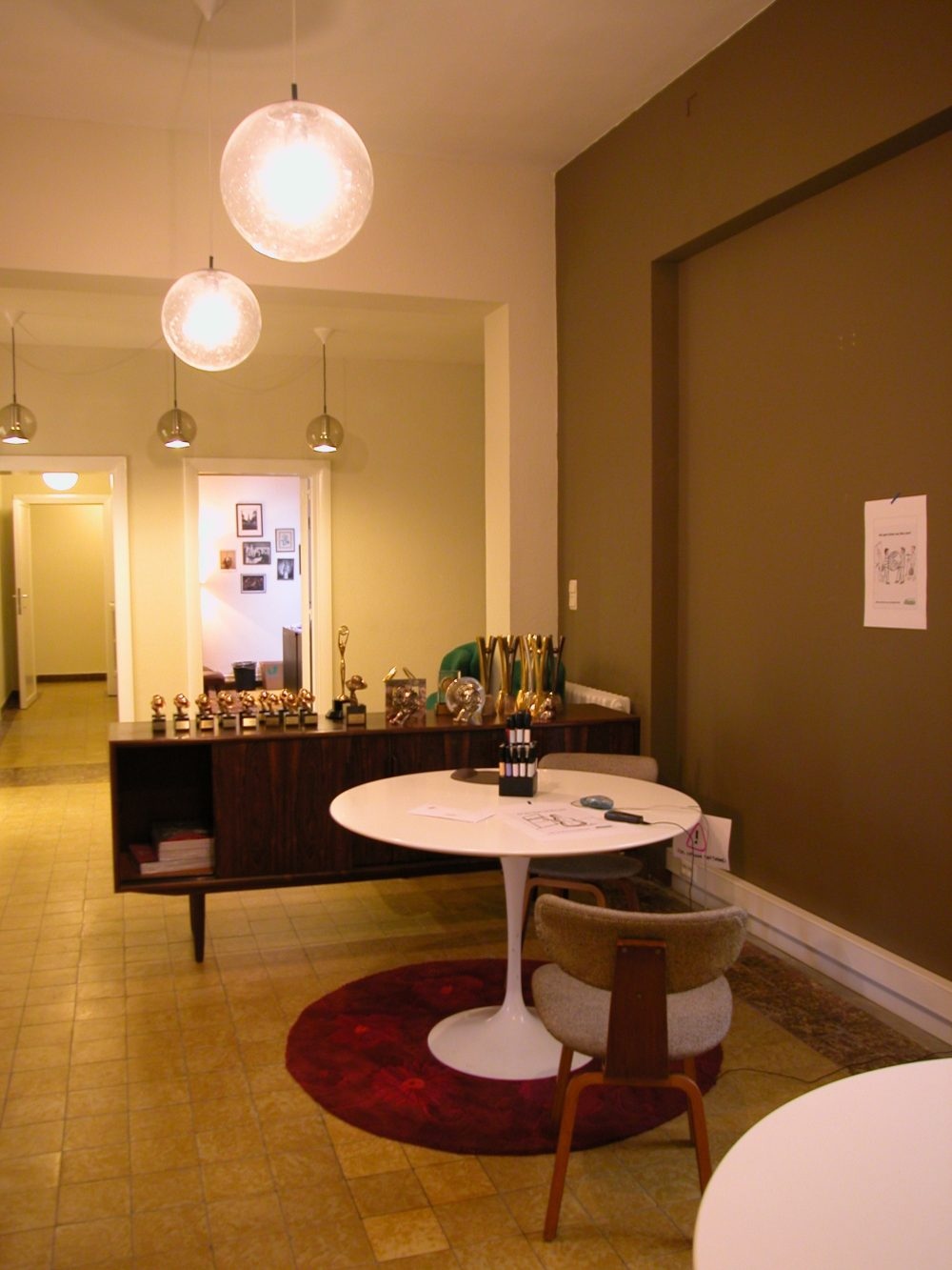 vintage meubelen, kaki wand, witte ronde tafel