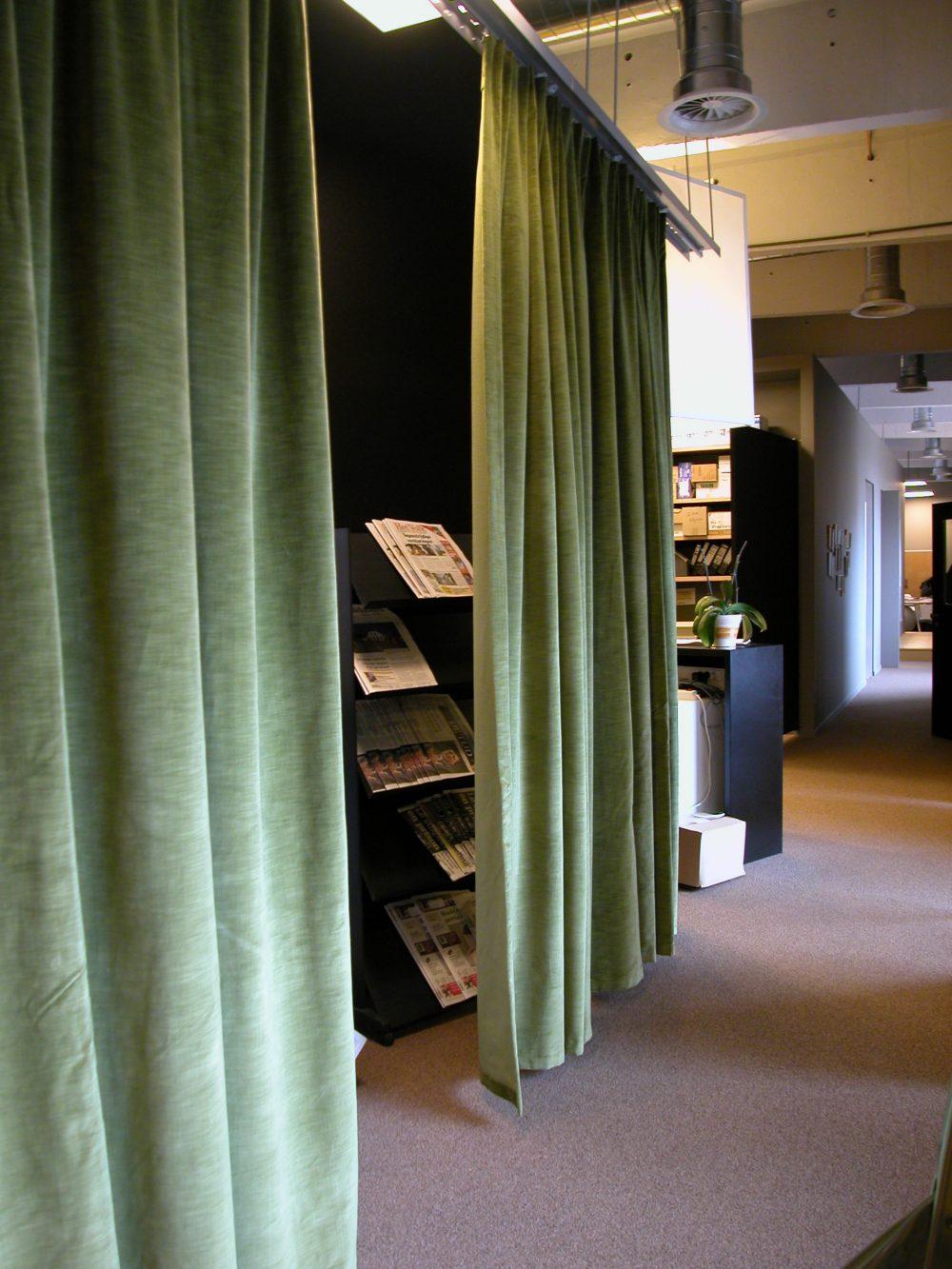 rideaux velours verts, espace bureaux