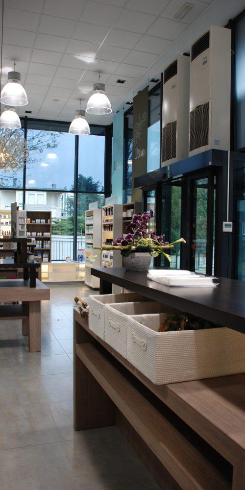 Winkelinterieur, rayons, houten meubelen