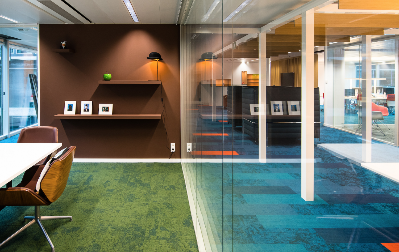 Mur brun, mur en verre, tapis vert