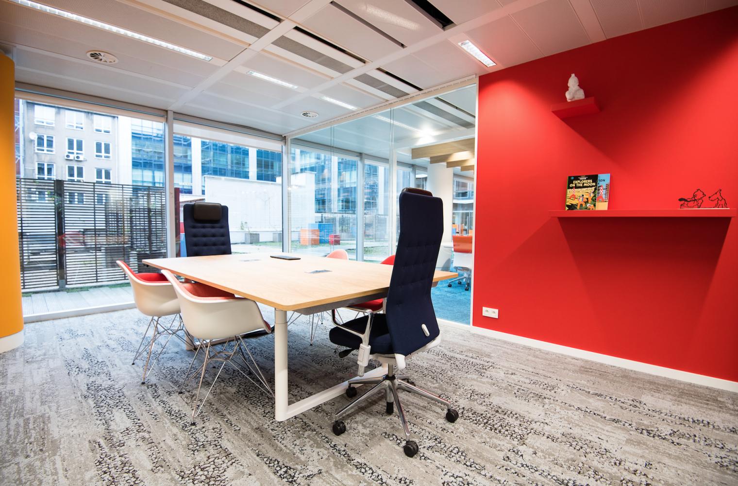 Open bureau met rode wand