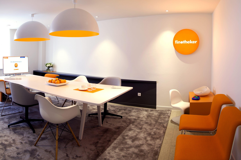 Tafel met oranje lamp en logo Finnotheker