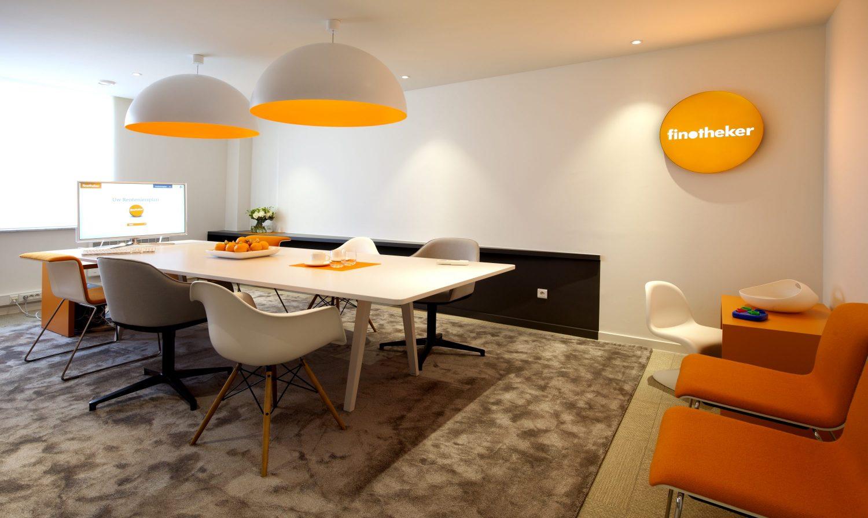 table de réunion blanche, tapis gris, suspensions orange et blanc