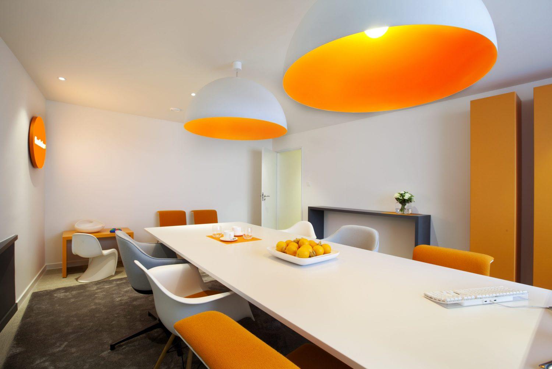 espace de réunion en blanc et orange