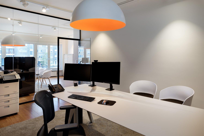 Table réunion blanc, suspension orange et blanc