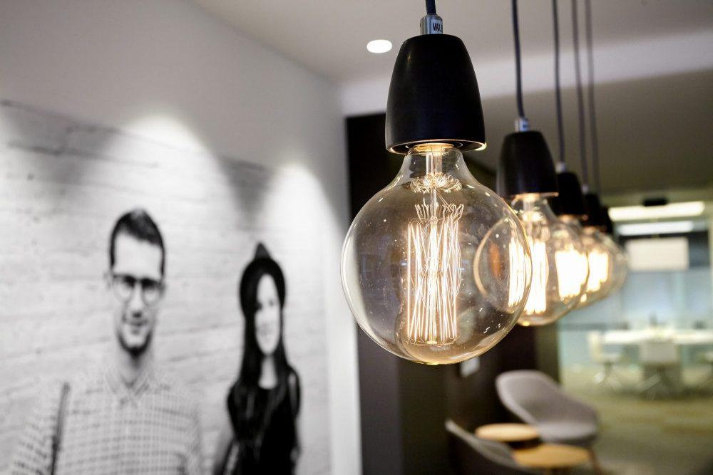 lamp en foto op muur