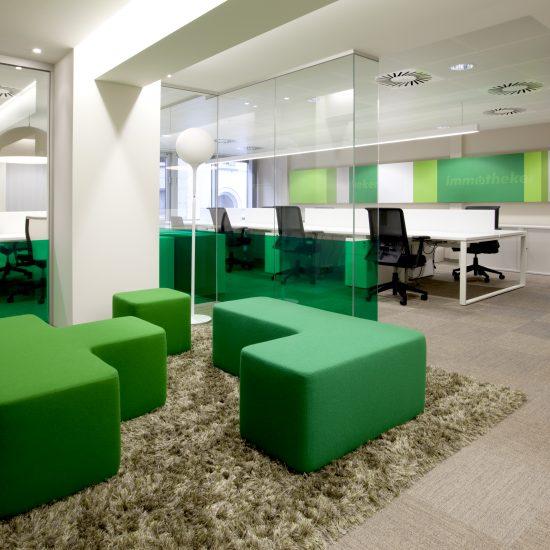 Groene zeteltjes, groen tapijt en bureaus