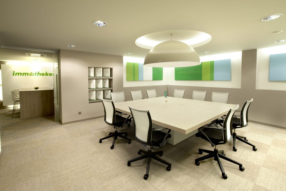 Meeting room beige, square table, logo Immotheker on backwall