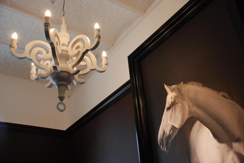 fot wit paard in zwarte kader