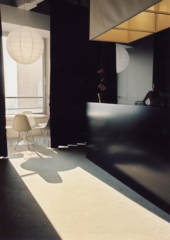 Meuble comptoir noir, rideaux noirs, mobilier blanc, boule en papier