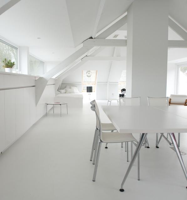 grenier tout blanc, tables blanches, sièges blancs
