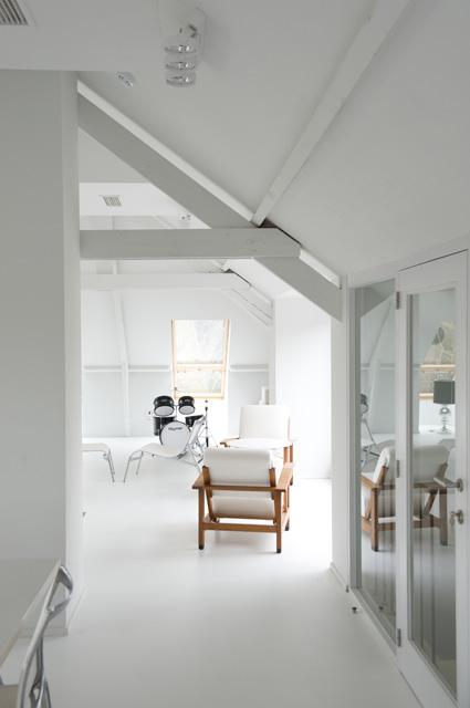Witte zetel en drumstel