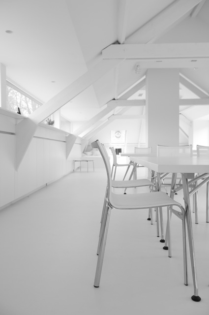 Tafel en witte stoelen