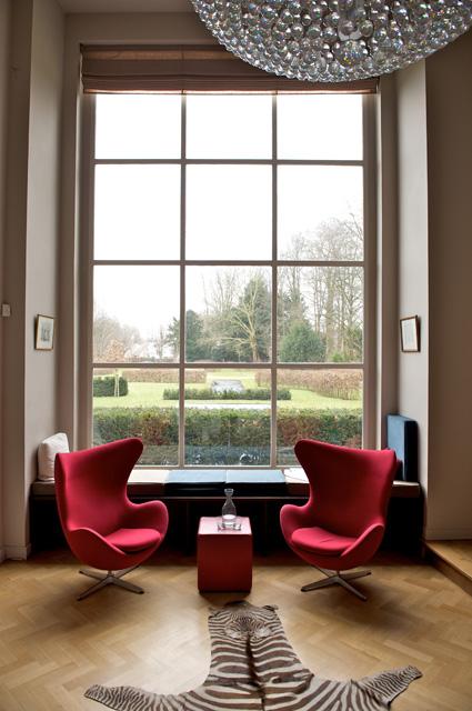 Rode Egg stoelen voor raam