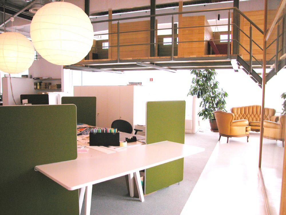 salon suspendu en bois, table vitra, éléments acoustiques couleur vert
