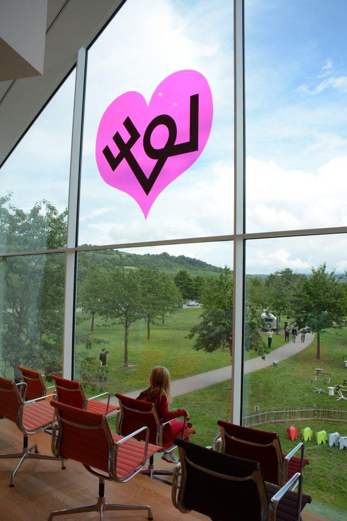 Eames stoelen, zicht naar landschap, sticker rose hart op raam
