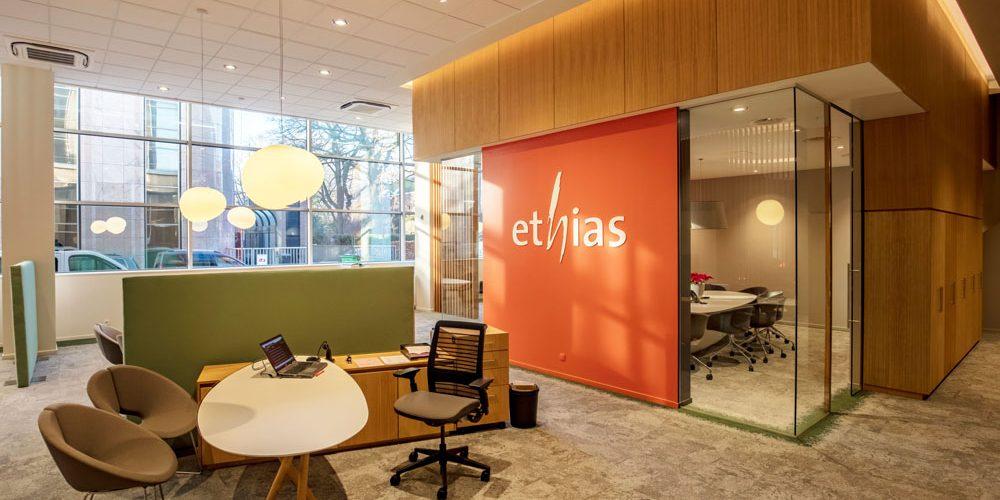 Ethias bureaux nouveau concept, mur orange et logo blanc
