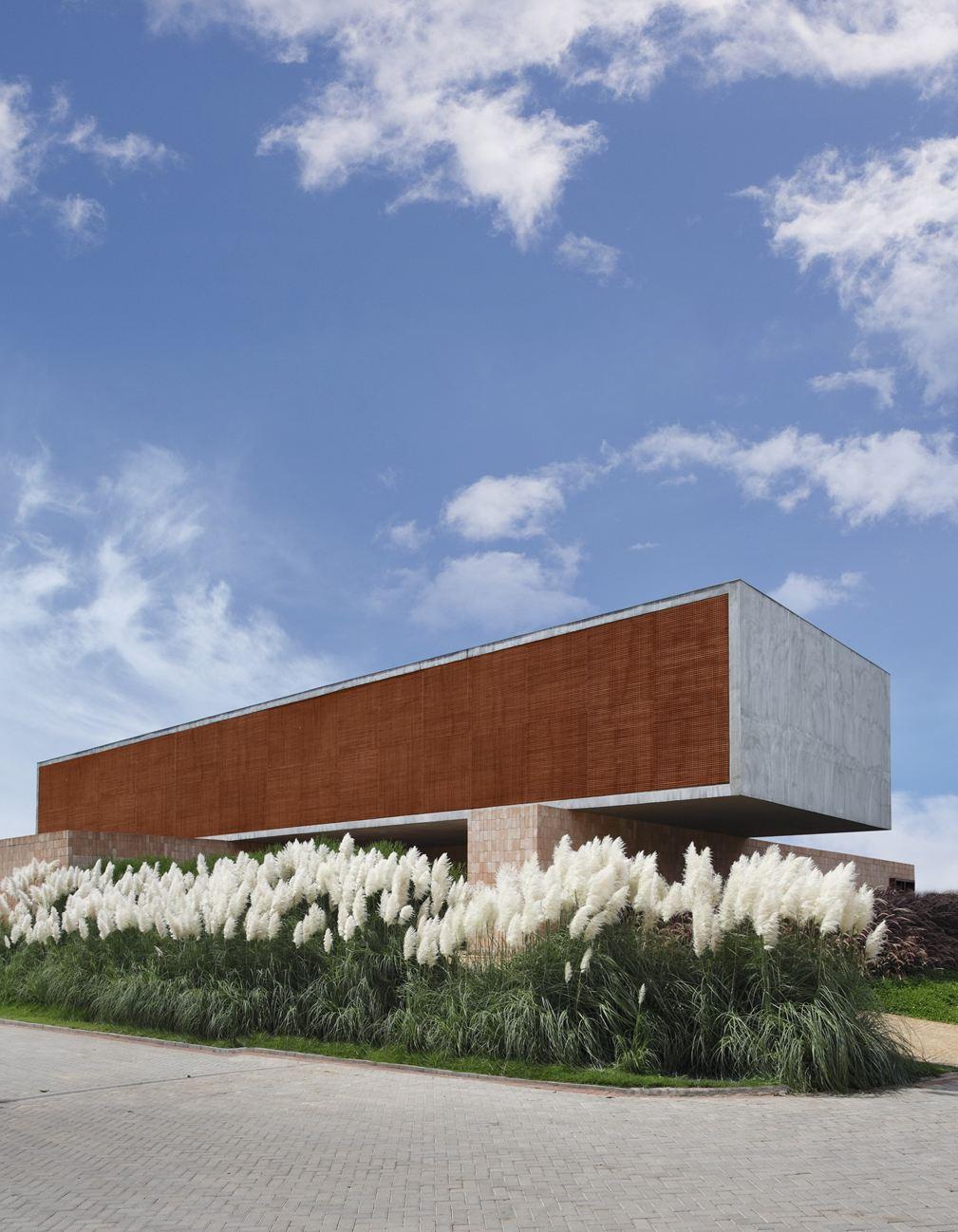 Hedendaagse architectuur uit natuursteen,beton en hout, grote planten