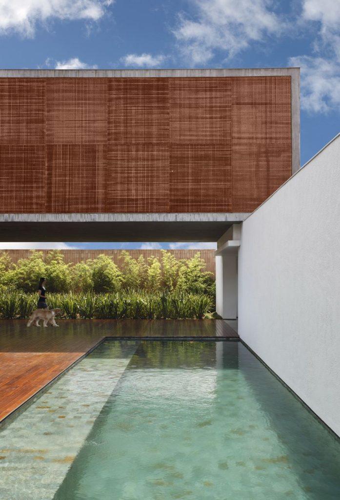 Zwembad langs witte muur