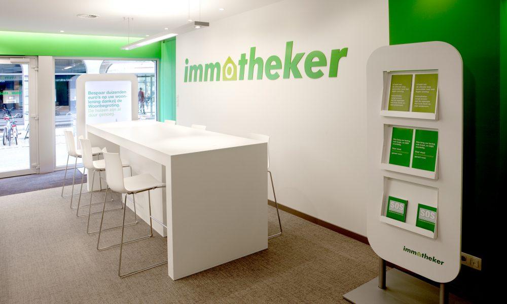 beige vloer, witte muur met logo Immotheker, brochuredisplay