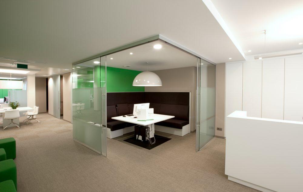 espace blanche, cloisons en verre, bureau en coin, mur vert