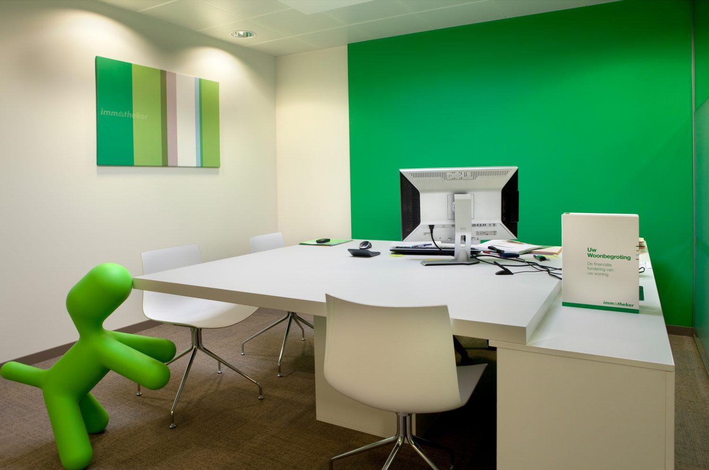 witte muur en groene muur, wit vierkant bureel, groene speelgoedhond