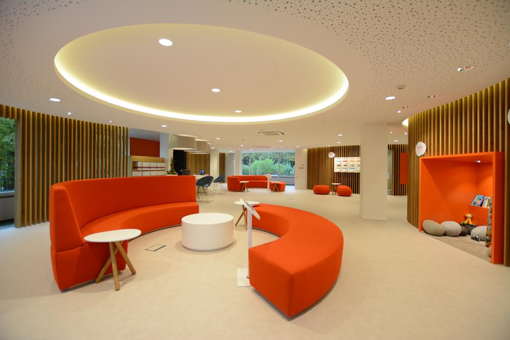 sol blanc, salons oranges, plafond blanc, claustra en bois