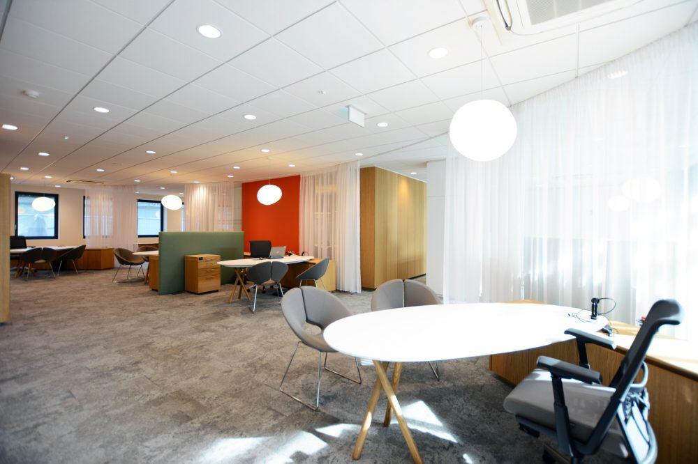 white desk, grey carpet, white curtains, orange wall