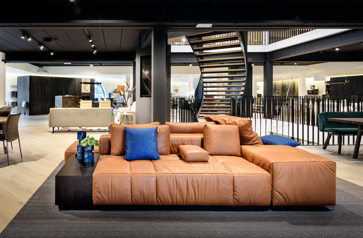showroom designmeubelen, zwart plafond, lederen sofa