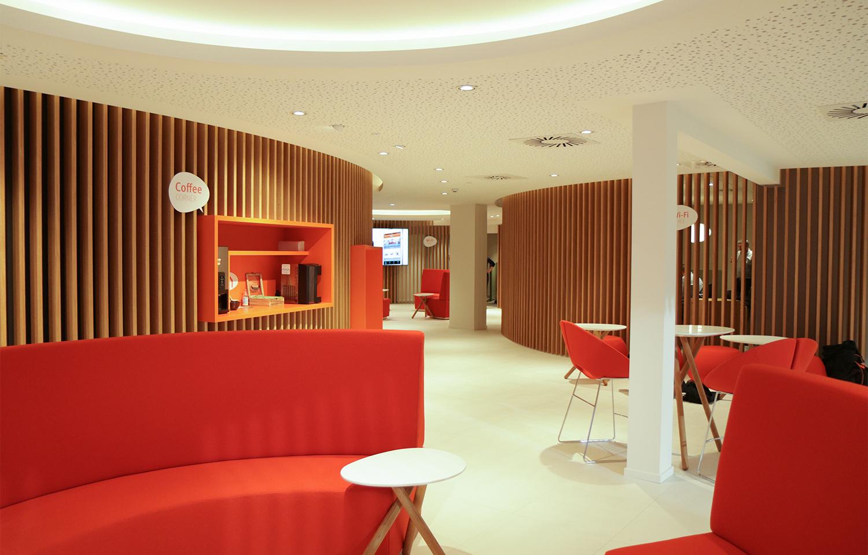 witte vloer en plafond, oranje meubelen, gebogen houten lattenwanden