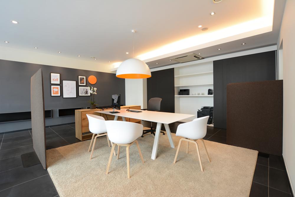 table réunion blanc, sièges blanches, murs bruns