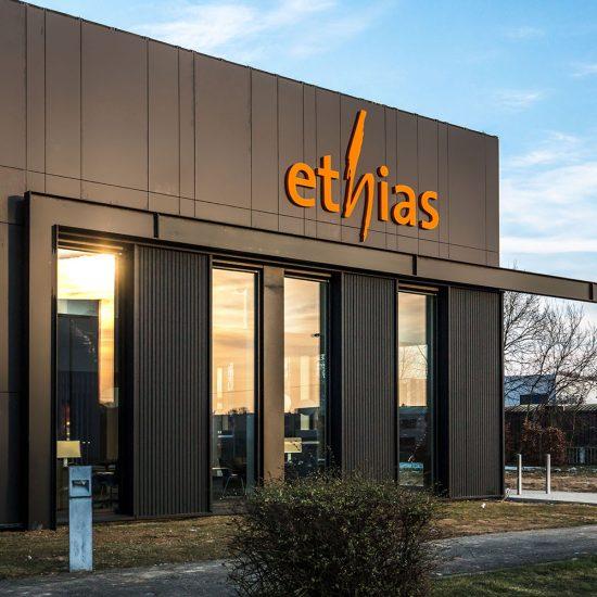 zwarte façade Ethias Alleur, logo Ethias oranje