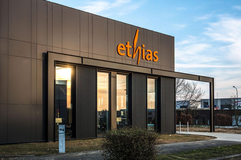 zwart gebouw met oranje ethias logo