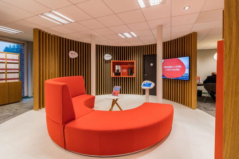ronde oranje sofa, houten latten gebogen muren